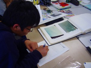 工場群の航空写真を見てレポートを書いています