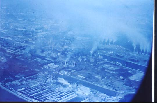 尼崎の関西電力の火力発電所から西淀川へ煙が流れている