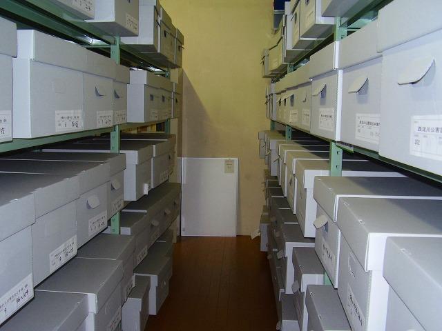 書庫内の写真です。一次資料は保存箱に入れて保存しています。
